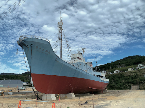 *クジラ:ふるさとを形づくった三、四世代ほどにわたる「地域」の時間。( 写真 鮎川港に保存展示されている捕鯨船・第16利丸。加藤幸治)